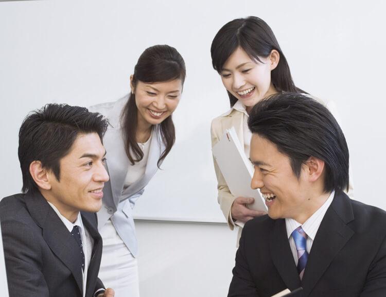オフィスで談笑するグループ