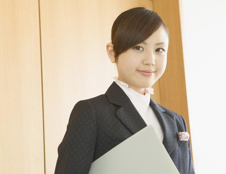 微笑むスーツ姿の女性