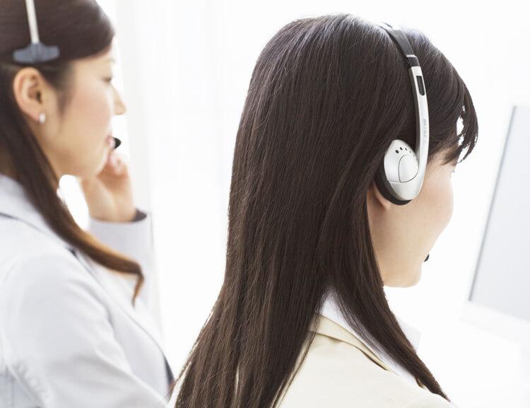 コールセンターで対応する女性