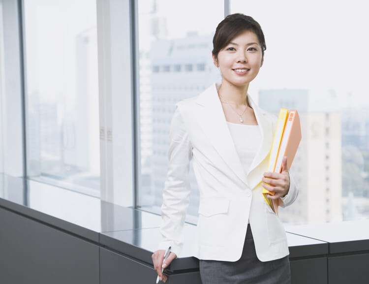ファイルを持つスーツ姿の女性