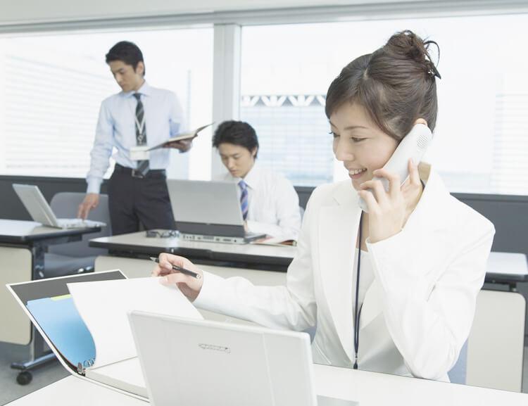 オフィスで電話対応する女性