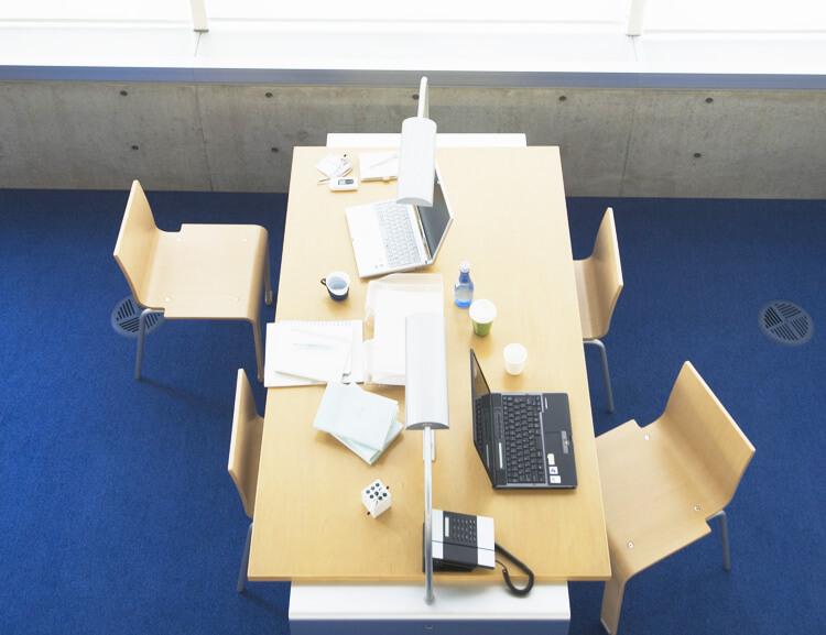 PCやノートが置いてある会議室の様子